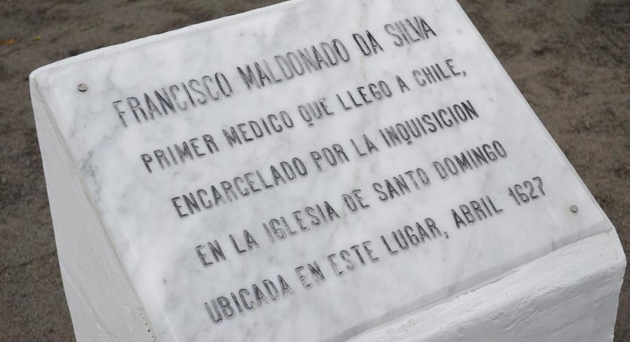 La placa de homenaje al mártir.