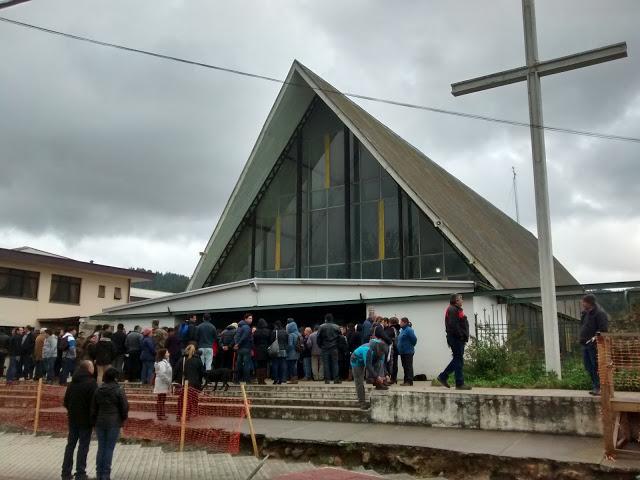 Aspecto exterior de la parroquia de Penco durante la misa en memoria del rector Samuel Acuña. La gente repletó el templo y muchas personas siguieron la ceremonia desde las afueras. (Foto: Jaime Robles).